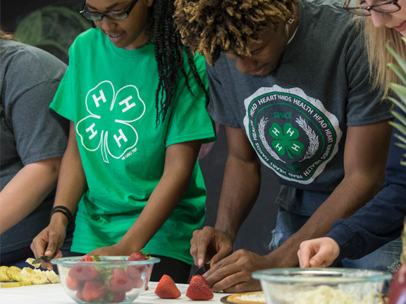 4-H youth make healthy meals at home
